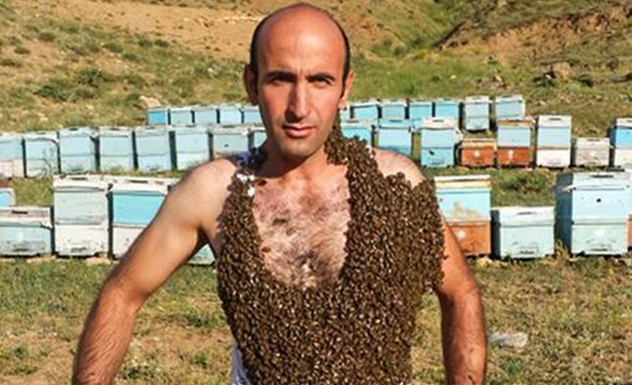 Τούρκος μελισσοκόμος προσπάθησε να καλύψει το σώμα του με εκατομμύρια μέλισσες (Εικόνες)