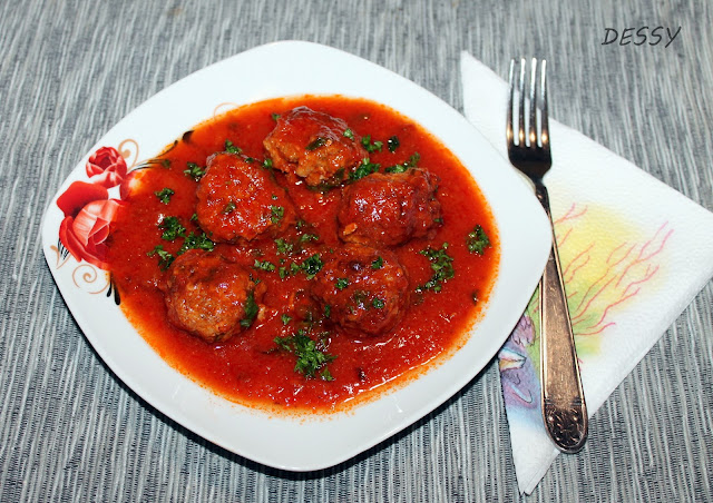 Пикантни кюфтенца с доматен сос