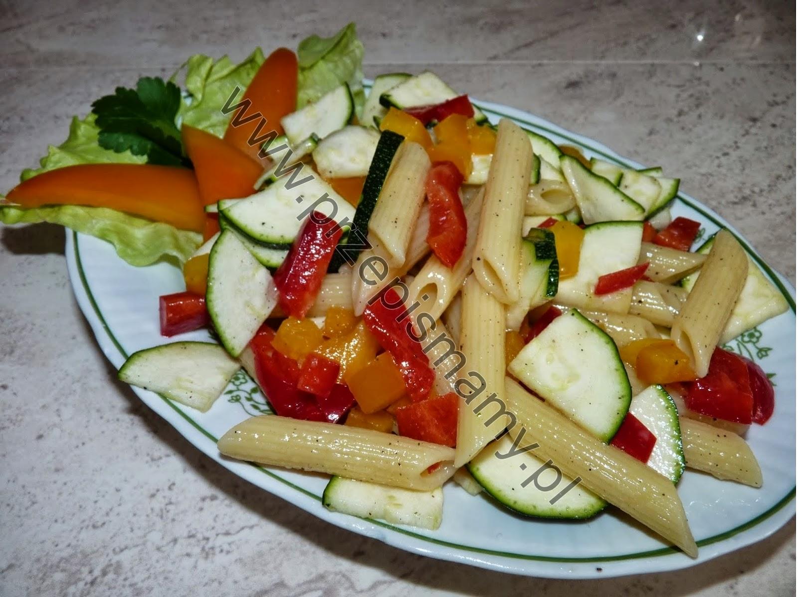 Sałatka z makaronu i cukinii