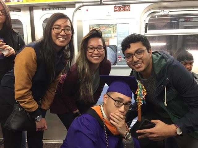 Héroes: se queda atrapado en el metro y no llega a su graduación; pasajeros le organizan una
