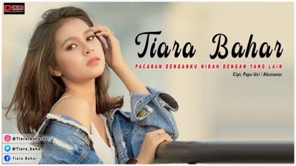 Lagu ini masih berupa single yang didistribusikan oleh label Dewa Dangdut Management Lirik Lagu Tiara Bahar - Pacaran Denganku Nikah Dengan Yang Lain