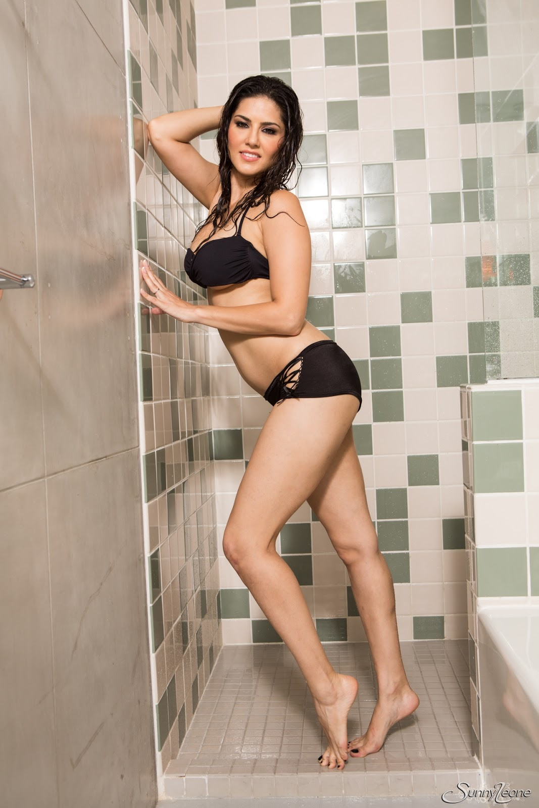 Sunny Leone Is Taking A Hot Shower While In Her Black Wet -3944