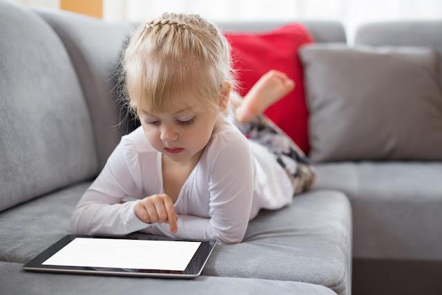 مخاطر الهواتف الذكية على عقل الاطفال