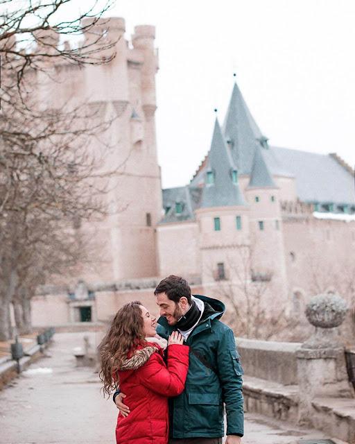 """Lâu đài nằm trên một ngọn đồi và mang lại cho du khách ấn tượng giống như một con tàu đang chèo về phía mình. Đây cũng là nguồn cảm hứng kiến trúc lớn cho Disney trong nhiều bộ phim, kể ra thì có tòa lâu đài Cinderella của nàng Lọ lem, hay lâu đài của nàng Bạch Tuyết trong phim hoạt hình """"Bạch Tuyết và 7 chú lùn"""" mà hầu như ai trong chúng ta đều biết tới."""