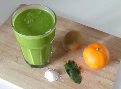 Grüner Smoothie mit Spinat, Kiwi, Clementine und Kokos