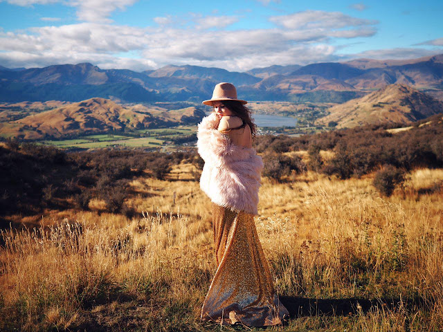 ninelly mydressstories фотосессия в золотом платье с шубой