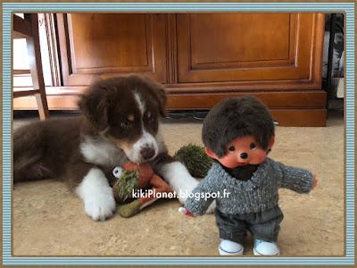Pull col V gris moucheté fait main pour Kiki Monchhichi vêtement poupée handmade tricot