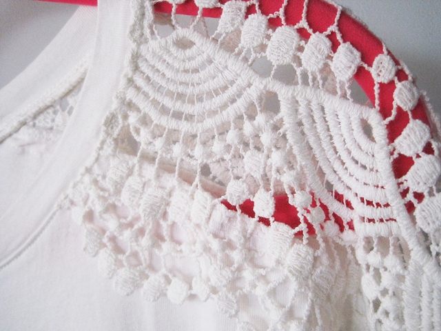http://www.shein.com/White-Round-Neck-Hollow-Lace-T-Shirt-p-263378-cat-1738.html?utm_source=marcelka-fashion.blogspot.com&utm_medium=blogger&url_from=marcelka-fashion