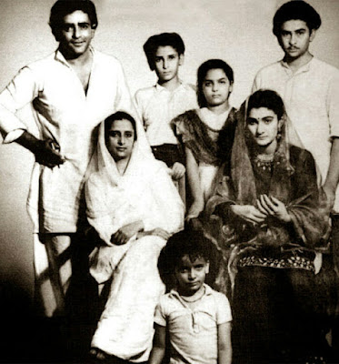 To start with, have a close look on Kapoor Khandan. Prithvi Raj, Raj, Shammi, & little Shashi Kapoor.