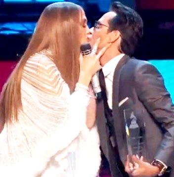 Foto de Jennifer López dando un beso a Marc Anthony