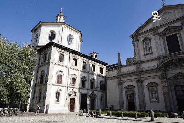 Plaza de San Esteban de Milán, con las iglesias de san Esteban y san Bernardino en disposición perpendicular.