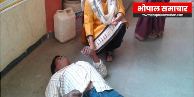INDORE NEWS: मतदान के बीच बेहोश हुआ कर्मचारी, मरते मरते बचा