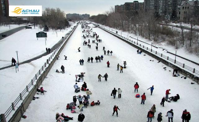 Sân trượt băng vào mùa đông ở Canada