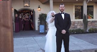 Η νύφη άλλαξε θέση με τον μουσάτο κολλητό του γαμπρού