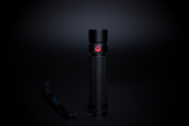 Olight S2R z czerwonym światełkiem w przycisku oznaczającym słabą baterię