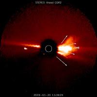Po lewej: rozbłysk klasy C8.4 w grupie plam AR2736 w długości fali 131 angstremów. Credit: SDO. Po prawej: koronalny wyrzut masy uwolniony w następstwie rozbłysku, widziany z koronografu COR2 na pokładzie sondy STEREO-A. Credit: STEREO