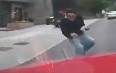 Se Arroja contra un Auto