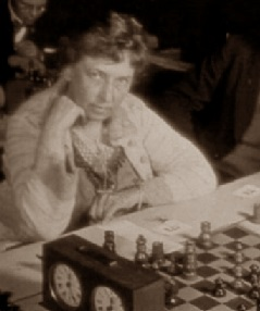 La sueca Anna Katarina Beskow frente al tablero de ajedrez