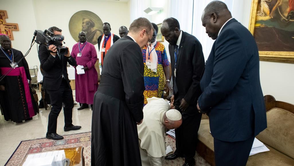 صورة.. بابا الفاتيكان يقبل أقدام قادة جنوب السودان تزلفا للنصارى الزنوج