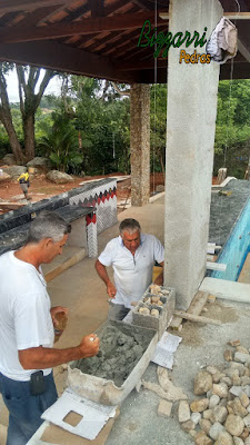 Bizzarri ajudando a iniciar o revestimento de pedra do rio nos pilares da churrasqueira na piscina em residência em Itatiba-SP. 15 de dezembro de 2016.