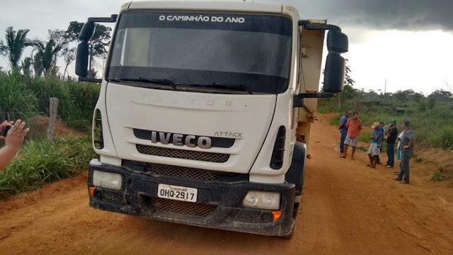 Moto fica presa em traseira de caminhão caçamba após acidente