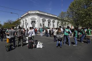 Asamblea y abrazo simbólico en el Ministerio de Salud, donde denuncian despidos