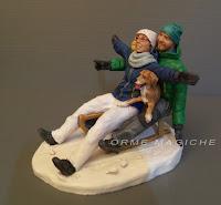 statuette anniversario marito e moglie sulla neve sposi sulla slitta con cagnolino orme magiche