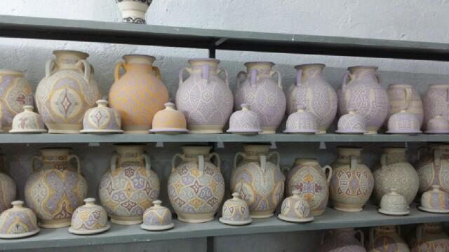 Piezas de cerámica pintadas listas para volver a cocer