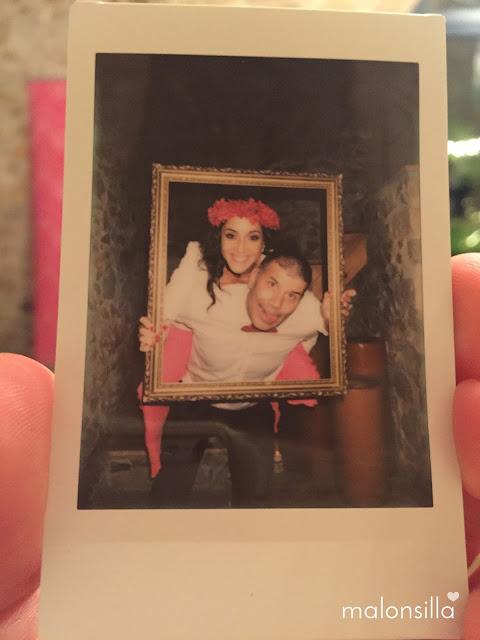 Foto divertida de pareja en una boda con un marco