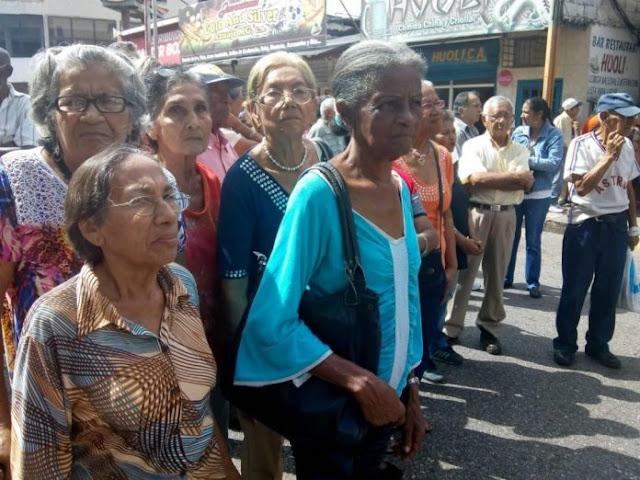 Pensionados rechazan pago en Petro, exigen aguinaldos en bolívares
