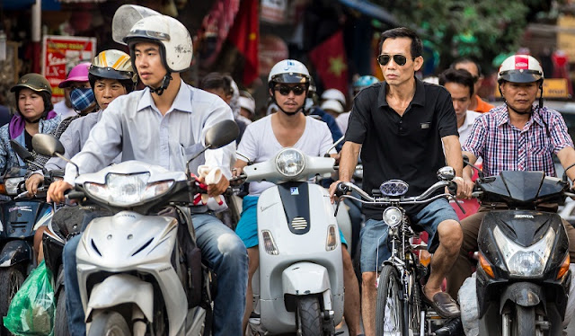 Tourists tell each other how to 'survive' when traveling by motorbike in Vietnam 1