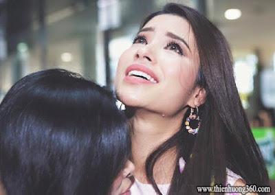 Phạm Hương ôm mẹ vào lòng và khóc tại sân bay