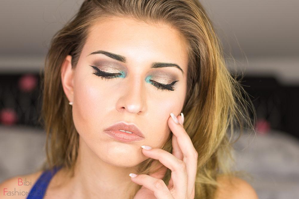 Look Taupe Turquois Oriental Augen geschlossen Hand im Gesicht