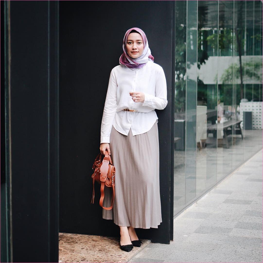 Outfit Rok Untuk Hijabers Ala Selebgram 2018 high heels wedges hitam kerudung segiempat hijab square ungu tua blouse kemeja putih ikat pinggang handbags oren tua broomstick skirt abu tua ootd trendy