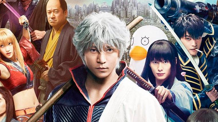 Na głównym planie Gintoki z filmu aktorskiego Gintama, za nim pozostali bohaterowie