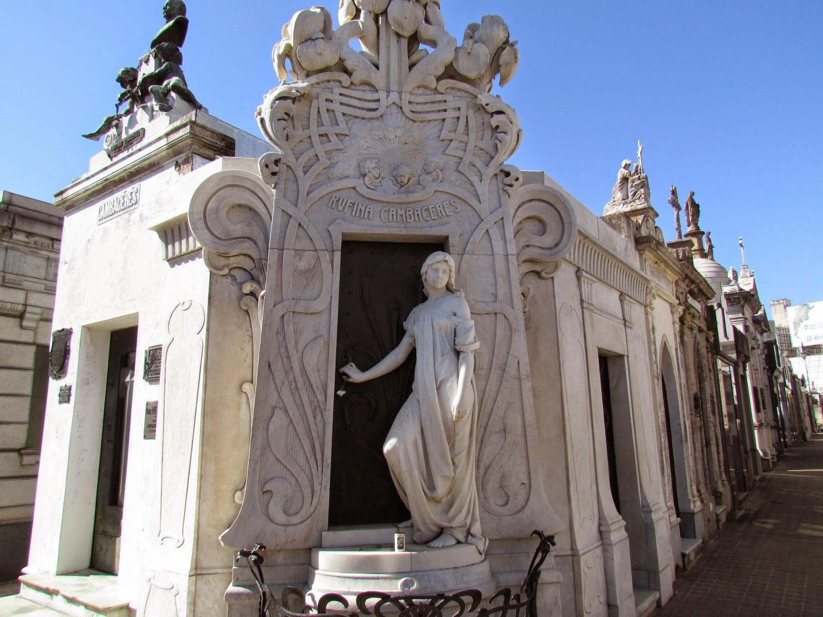 Rufina Cambaceres túmulo no cemitério de la Recoleta