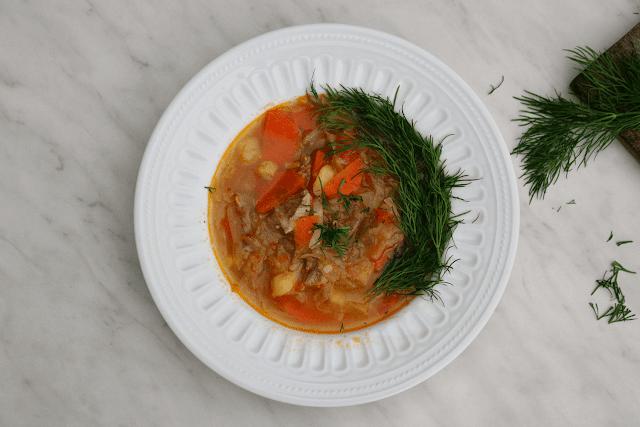 Szczi - rosyjska zupa z młodą kapustą. Wiosenny kapuśniak.