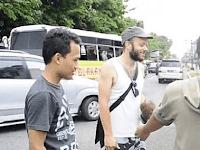 6 Kebiasaan Unik Warga Indonesia di Mata Bule