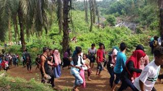 Puluhan Pria Bertopeng Usir Pengunjung Air Terjun