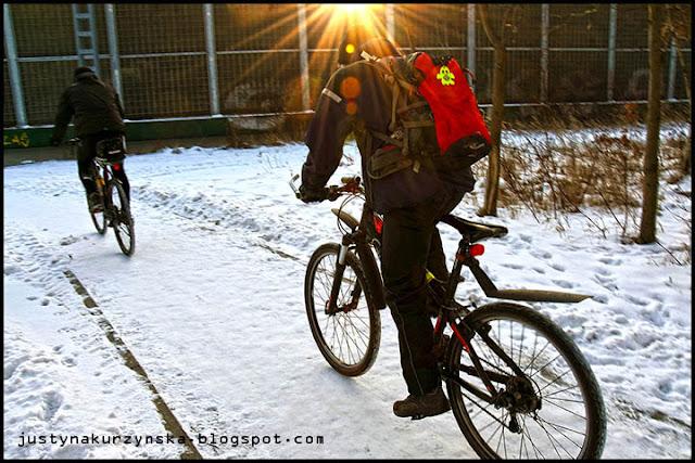 Aktywna zima snieg rowerzysta zdjecie