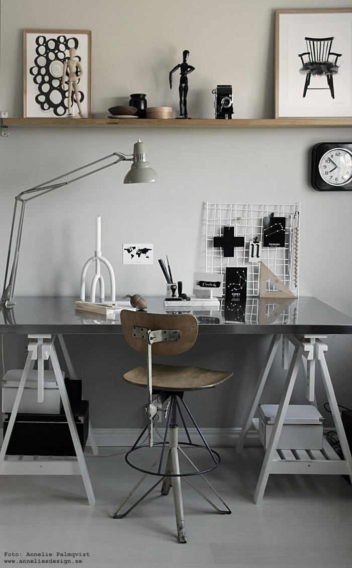 annelies design, webbutik, webshop, nätbutik, vykort, stjärntecken, svartvit,s vartvita, svart och vitt, arbetsrum, arbetsrummet, hemmakontor, hemmakontoret, ekollon, ljusstake, arcus, inredning, detaljer, skrivbord, skrivbordet, ikea, bord, pennor i träbox, house doctor,