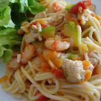 Espaguete com frango, camarão, curgete, cenoura e tomate