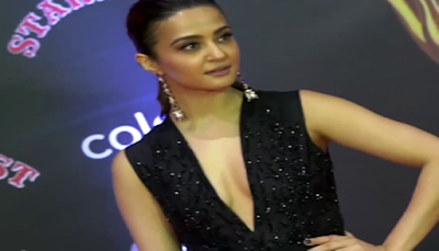 Surveen Chawala showing nipslip at Stardust Awards 2016 | Wardrobe Mulfunction