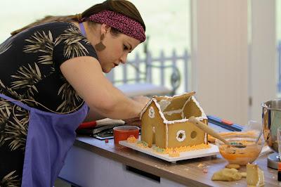 Vivian Nhoncance tenta montar sua casa de biscoitos. Crédito: Gabriel Gabe/SBT