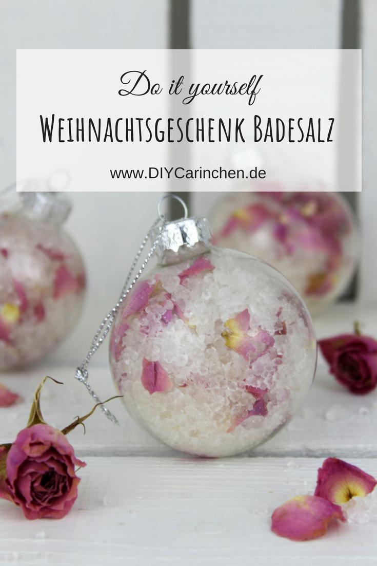 DIY Badesalz mit Rosenblütenblättern verpackt in einer Christbaumkugeln selber machen - die perfekte Geschenkidee zu Weihnachten