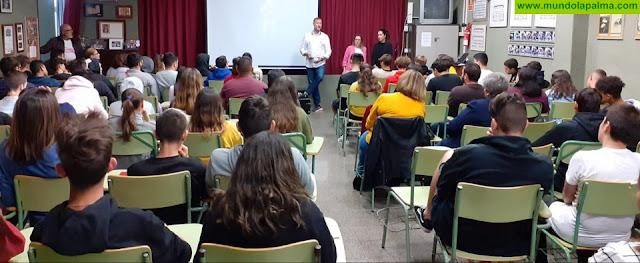 Pedro García Aguado impartió en los institutos de Los Llanos de Aridane una charla sobre adicciones para adolescentes