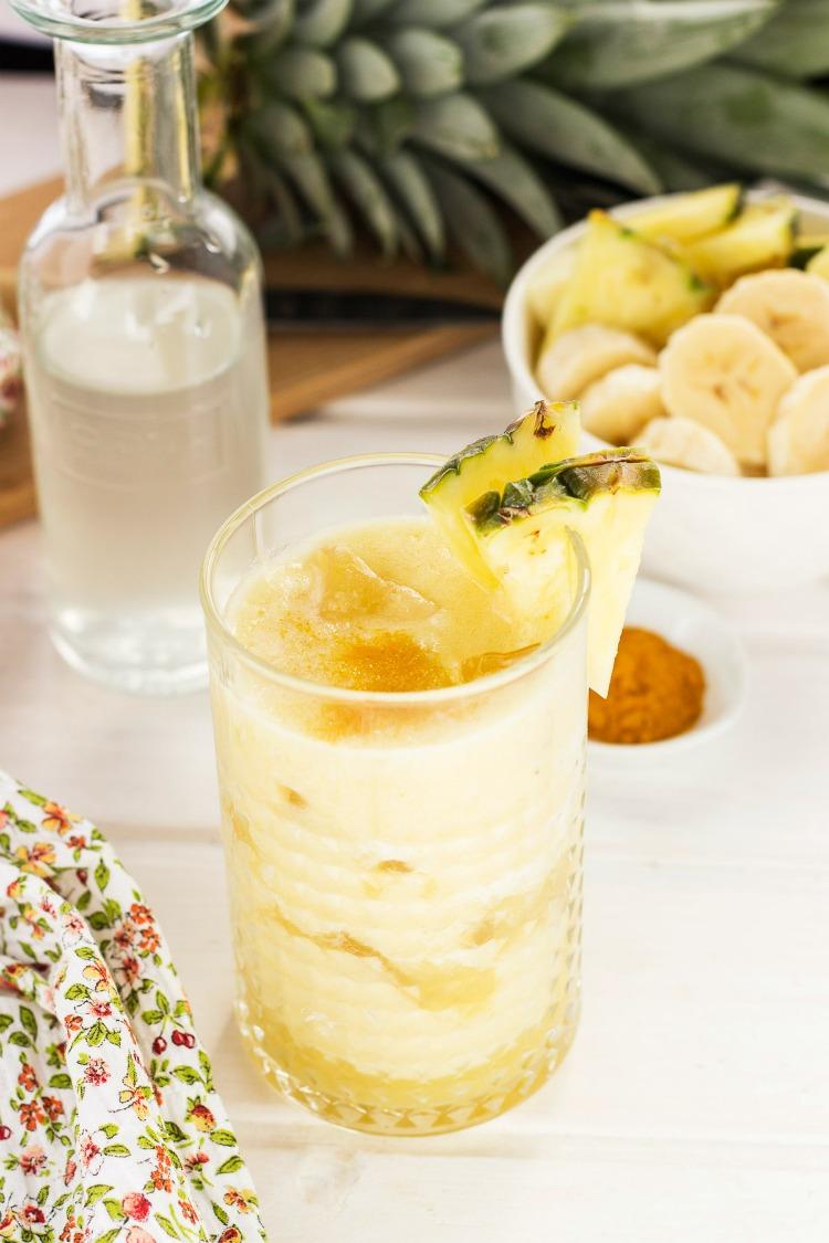 batido hidratante de piña, plátano y agua de coco