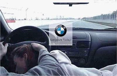 Lustige Werbung BMW - Mann und Frau fahren gemeinsam Auto zum lachen