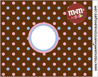 Etiqueta M&M de Lunares Celeste y Rosa en Fondo Chocolate para imprimir gratis