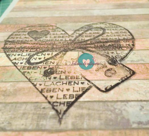 Detalle del sello de corazón con texto